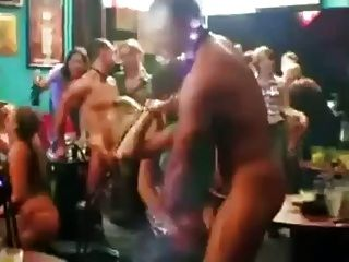 Meninas embaraçadas descascadas por strippers masculinos