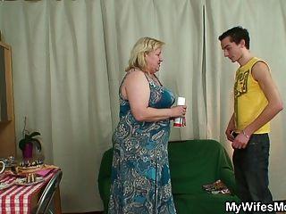Esposa fica enfurecida quando encontra o seu homem, puta, vovó grande