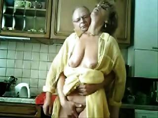 Se mamã e papai se divertindo na cozinha.Vídeo roubado