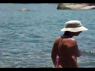 Mami com bikini transparente na praia