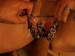 Fortemente perfurado buceta madura obtém fist fodido