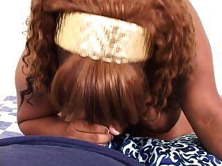 Pov tiro de uma menina preta espessa recebendo doggy estilo e uma carga jizz nas costas