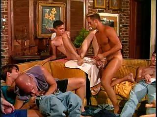 Quente e pendurado: nove homens em um quarto significa sexo quente