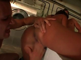Menina doce recebe seus buracos preenchidos na lavanderia