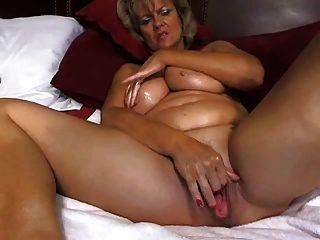 A mamã tited grande impressionante masturbates