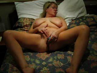 Masturbação quente de minha esposa madura.Vídeo caseiro