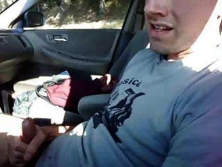 Empurrão no carro e descarga sobre a camisa de t