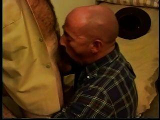 Xerife quente que fode um paizinho calvo