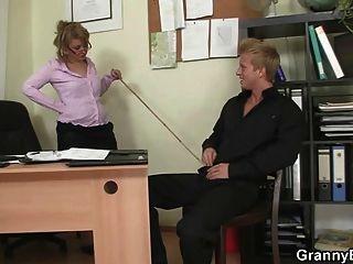 Senhora de escritório dá cabeça e fica fodida