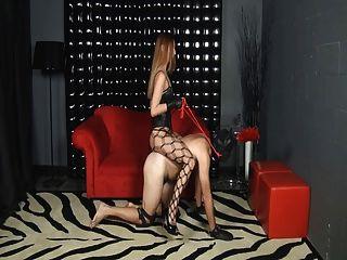 Amante passeia seu escravo
