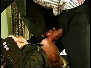 Cara jovem fode escritórios menina anal.