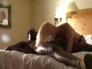 Loira em meias pretas fodido por amantes pretos (camaster)
