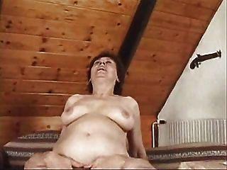 Mulher madura quente tendo sexo no sofá desfrutando de um bom parafuso ... desgaste tweed