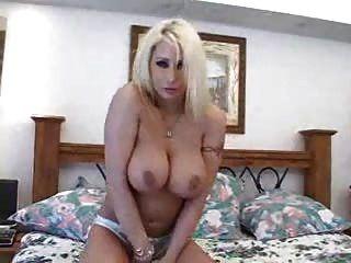 Bela garota loira com seios grandes