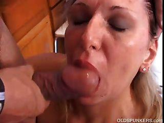 Linda madura senhora está com fome de galo