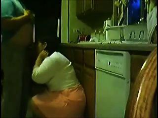 Con su mujer en la cocina