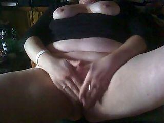 Bbw esfregando seu clitóris para um orgasmo gritando