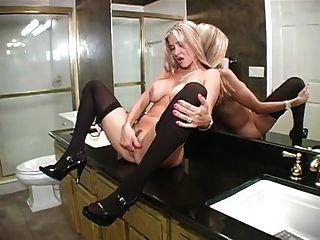 Mulher quente sopra no banheiro