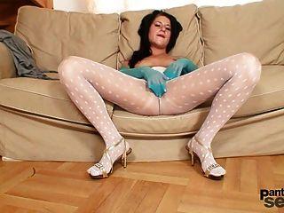 Linda garota de meia-calça de nylon branco fica desagradável