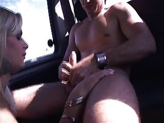 Ladyboy thais schiavinato leva um pau duro em seu traseiro