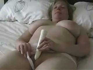 Mamã madura grande titted que masturbating com um dildo