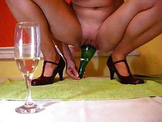 Amando uma garrafa de vinho