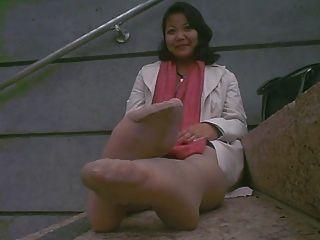 Pés stinky maduros asiáticos após o trabalho