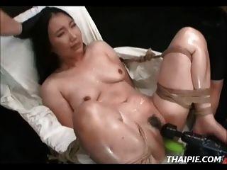 Asiático feito para cum com ferramentas eléctricas