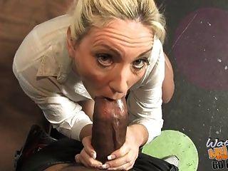 Madura mãe branca fodido por preto na frente do filho