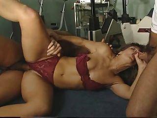Instrutor sexy fodido por dois caras no ginásio