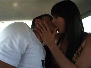 baize pute elle se caresse en voiture