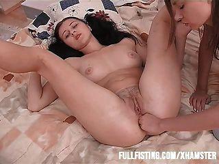Adolescente sexy só quer punho em seu traseiro apertado