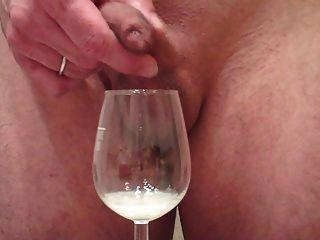 Me empurrando grande carga através de prepúcio, cum em copo de vinho