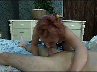 O rapaz quebra o rabo da mulher madura.