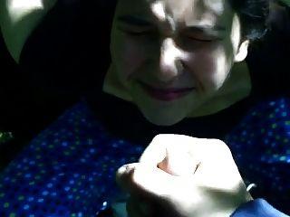 Amigo me deixa descarregar uma noz grossa em seu rosto