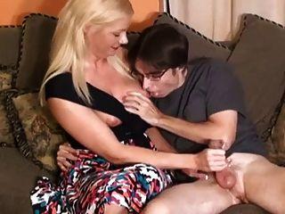 A mamã entrega o handjob virgem do menino