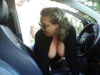 Mulher madura fodendo um menino em seu carro