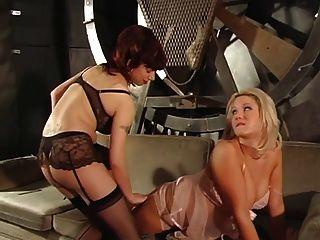 Loura voluptuosa obtém seus mamilos e buceta molhada punidos por dois mestres quentes