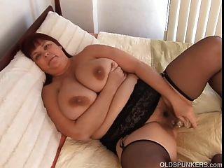 Linda busty milf em meias funciona sua buceta gordo suculento