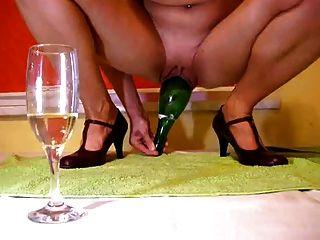 Garrafa de champanhe na buceta