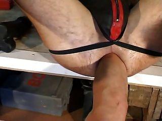 Dildo, puno y pies por el culo fist