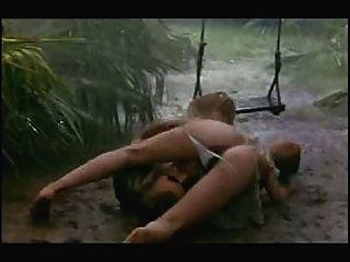 Cena de sexo em chuva e lama