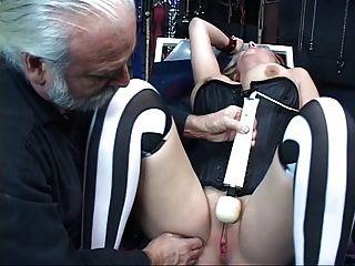 Sexy, loira curvilínea fica preso, tem seu bichano brincou
