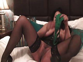 British slut danica joga com ela em um basco verde