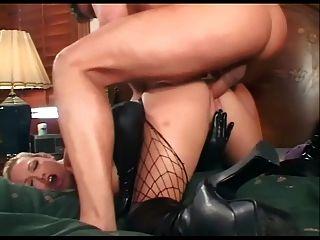 Duas loiras em látex e meias compartilham um galo