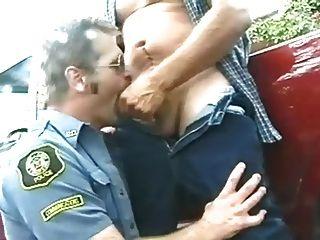 Homens em uniforme cowboy e policial
