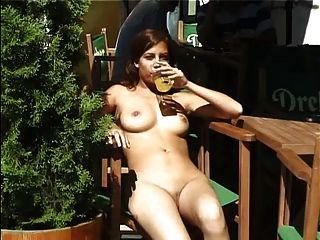 Menina quente andando nu na parte pública 3