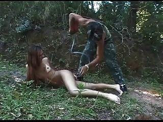 Jogo molhado para shemale bonito na floresta bvr