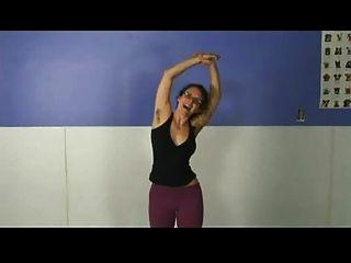 Uma menina de ioga com axilas peludas