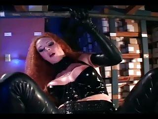 Sexy ruiva ficar fodido em látex preto brilhante